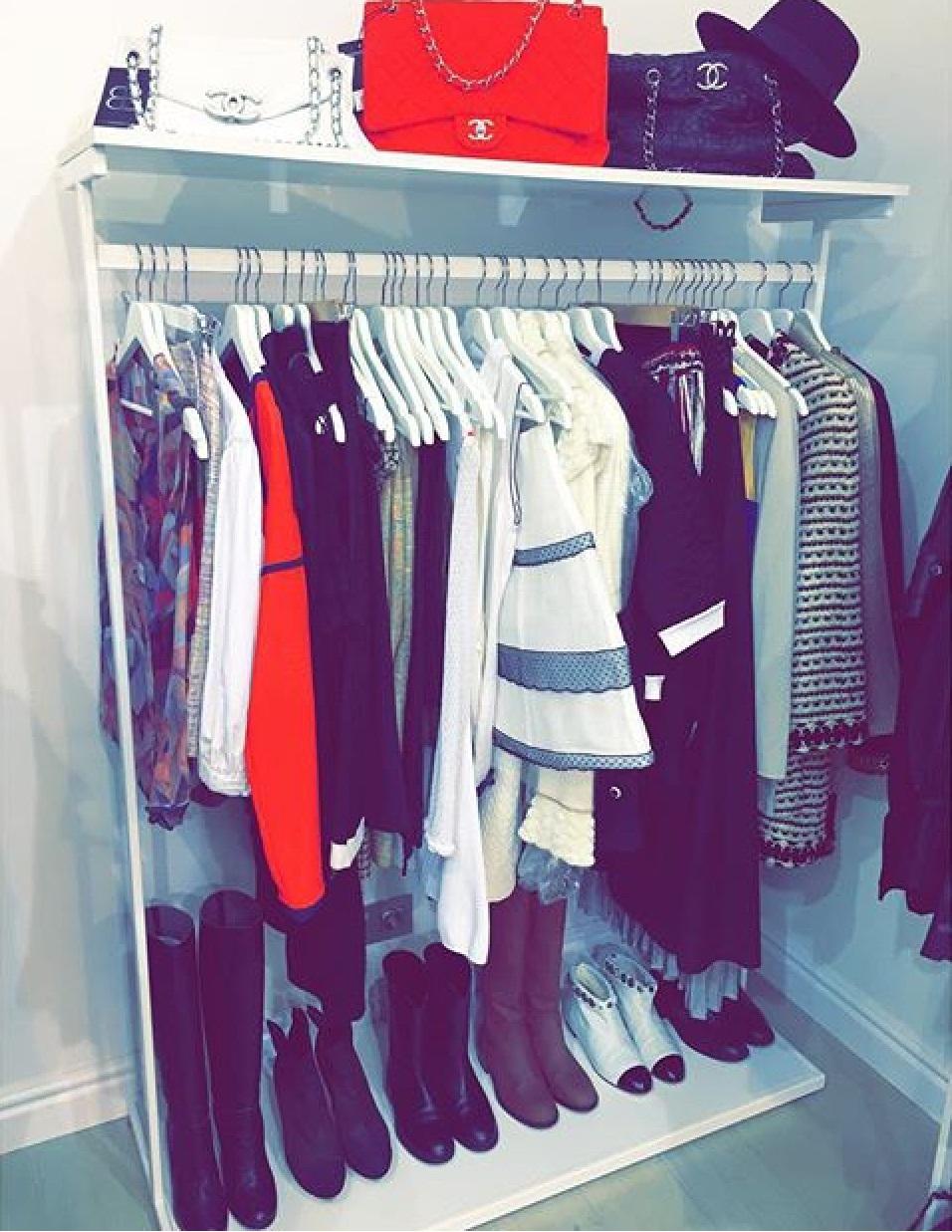 Рейл для одежды в магазине с двумя полками