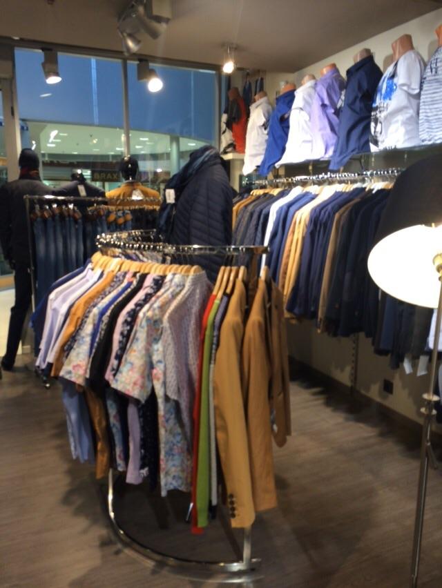 Вешало С-образное с одеждой в магазине ТО 012