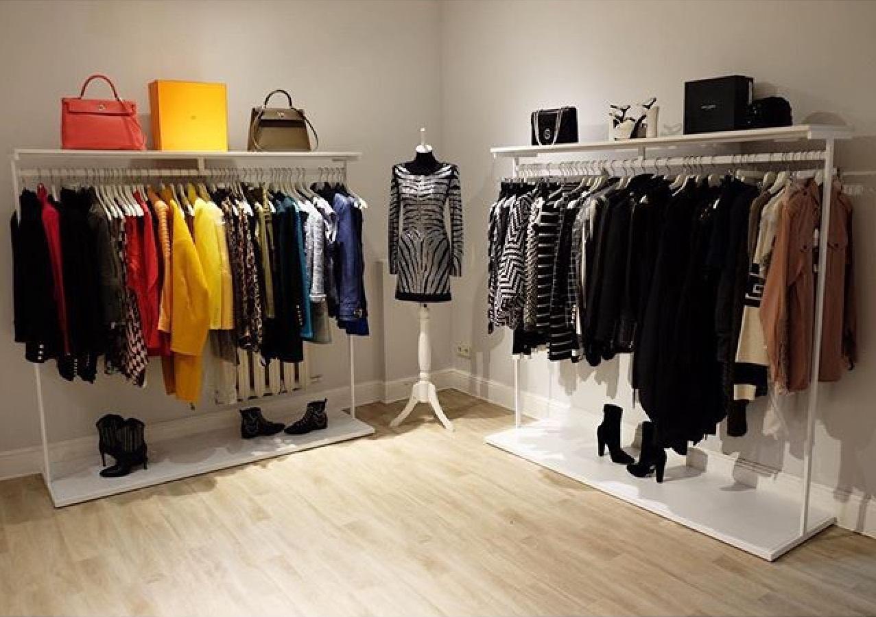 Рейл для одежды с одеждой удлиненный