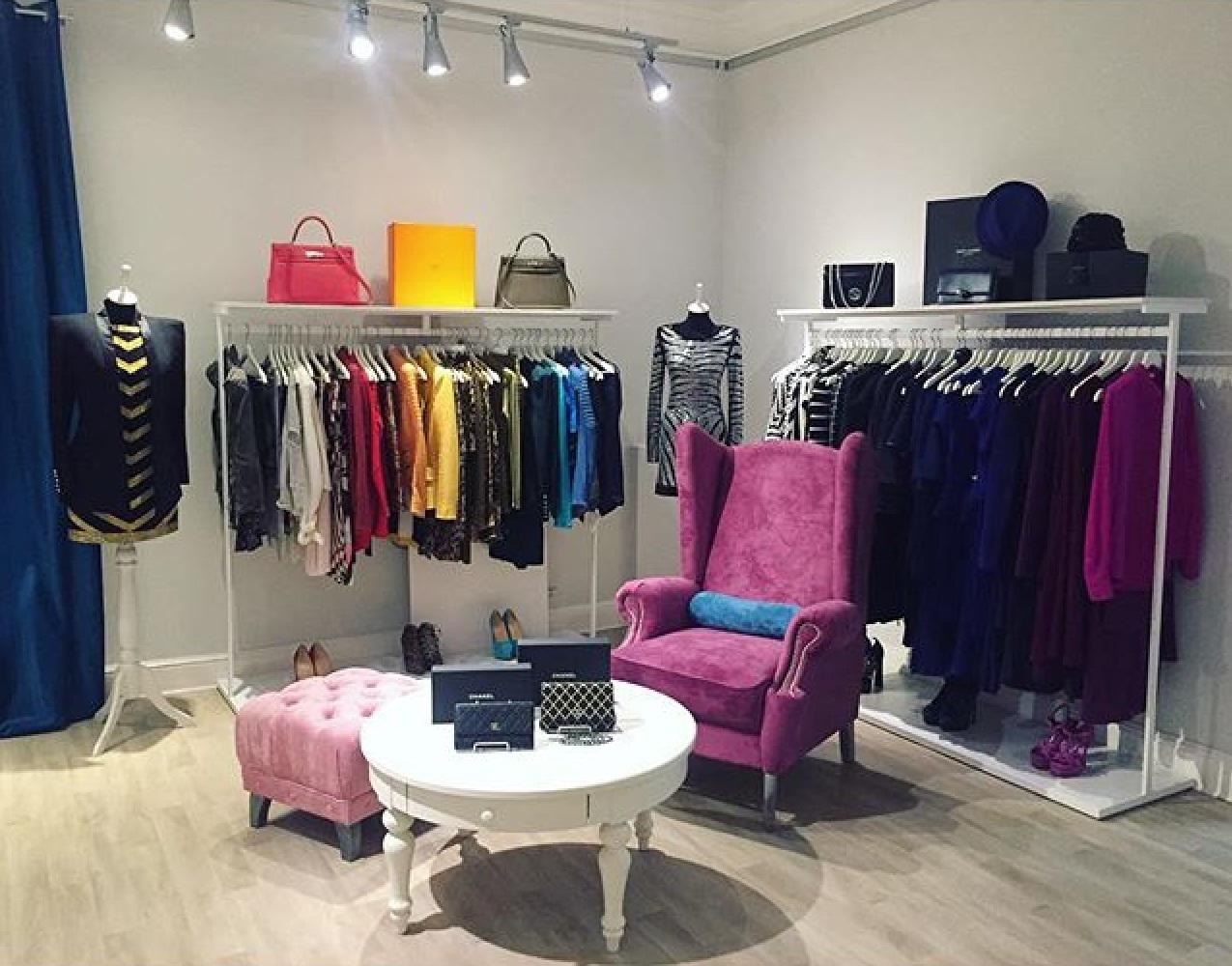 Рейл для одежды в магазине удлиненный