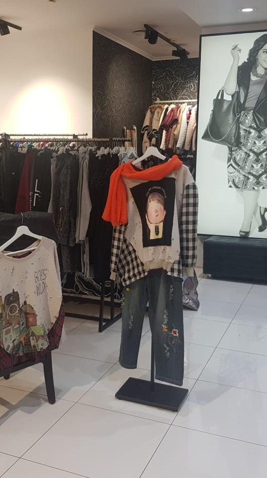 Фронтальное вешало с одеждой в магазине ТО 140