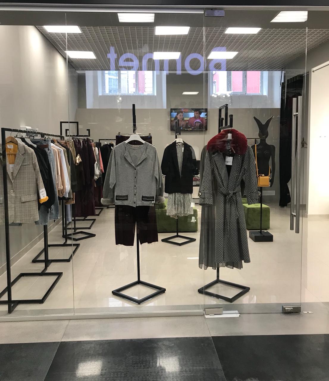 Фронтальное вешало ТО 144 в магазине одежды