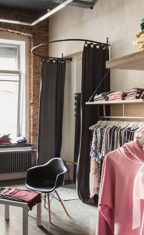 Полукруглая примерочная в магазине одежды